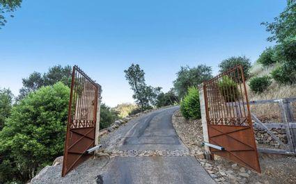 metal gate to property